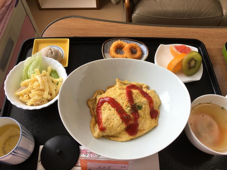 Csak egy kis csirkeleves, sült rizses omlett, tintahalkarika, makaróni saláta, némi gyümölcs, na meg zöld tea.
