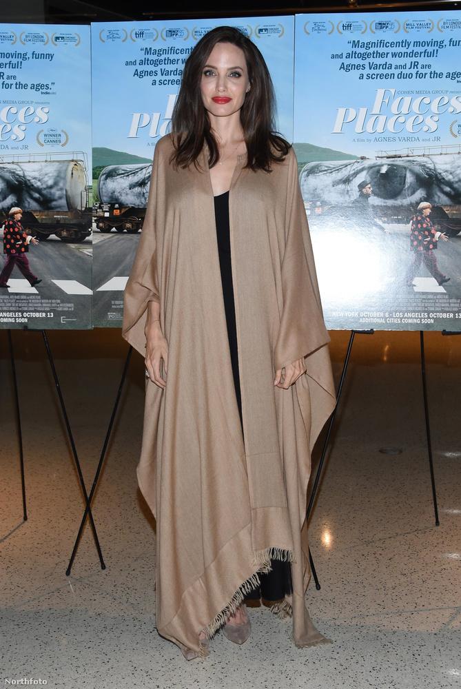 A Visages Villages (Arcok falvak) című francia dokumentumfilmnek volt a premierje szerda este Hollywoodban, és valamiért ott ragyogott Angelina Jolie is, pedig szerepelni biztosan nem szerepel az alkotásban, tekintve hogy a dokumentumfilm Franciaországban, vidéken élő embereket mutatja be