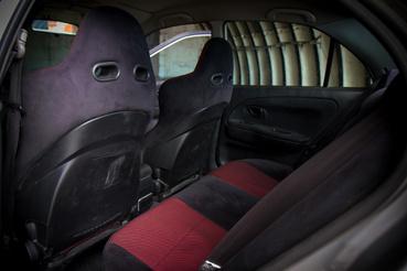 A spéci Makinen Edition ülések gyalázatosan sok helyet rabolnak az amúgy sem nagy térből