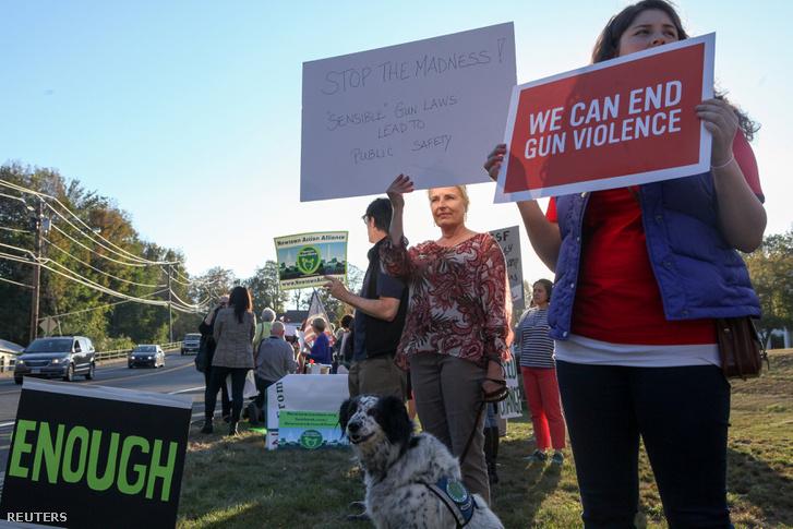 A Las Vegas-i mészárlás áldozatai emlékezők és a fegyvertartás ellen tiltakozók Newtownban, 2017. október 4-én