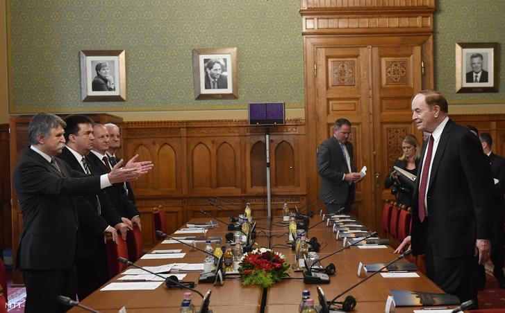 Kövér László az Országgyűlés elnöke fogadja az amerikai szenátus delegációját az Országház Varga Béla termében 2017. október 11-én. A házelnökkel szemben Richard Shelby a delegáció vezetője.