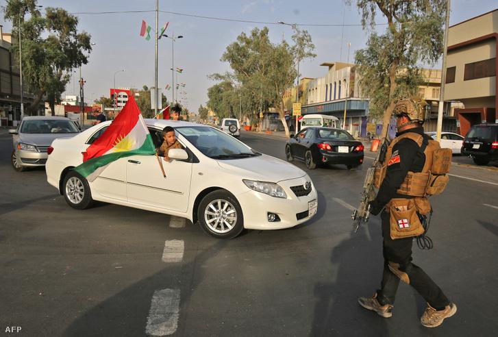 Az iraki hadsereg katonája Kirkuk városban, ahol a népszavazás napján kijárási tilalmat rendeltek el 2017. szeptember 25-én