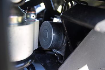 Ott az ABS modul, alulról egy műanyag lap védi, hogy ne verődjön rá a mocsok
