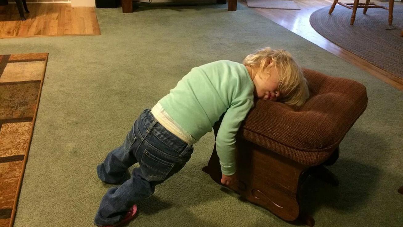 A bármin alvás művészete: gyerekek, akik jól ráaludtak mindenre