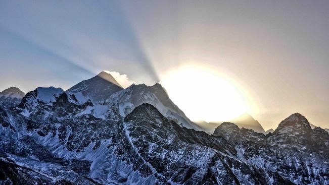 Egyre furcsább rekordokért másznak emberek a Mount Everestre