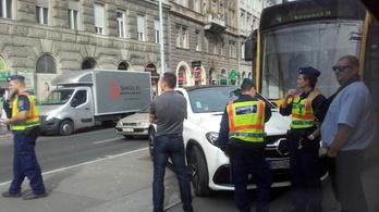 Ukrán rendszámú autóval ütközött a villamos a Mester utcánál