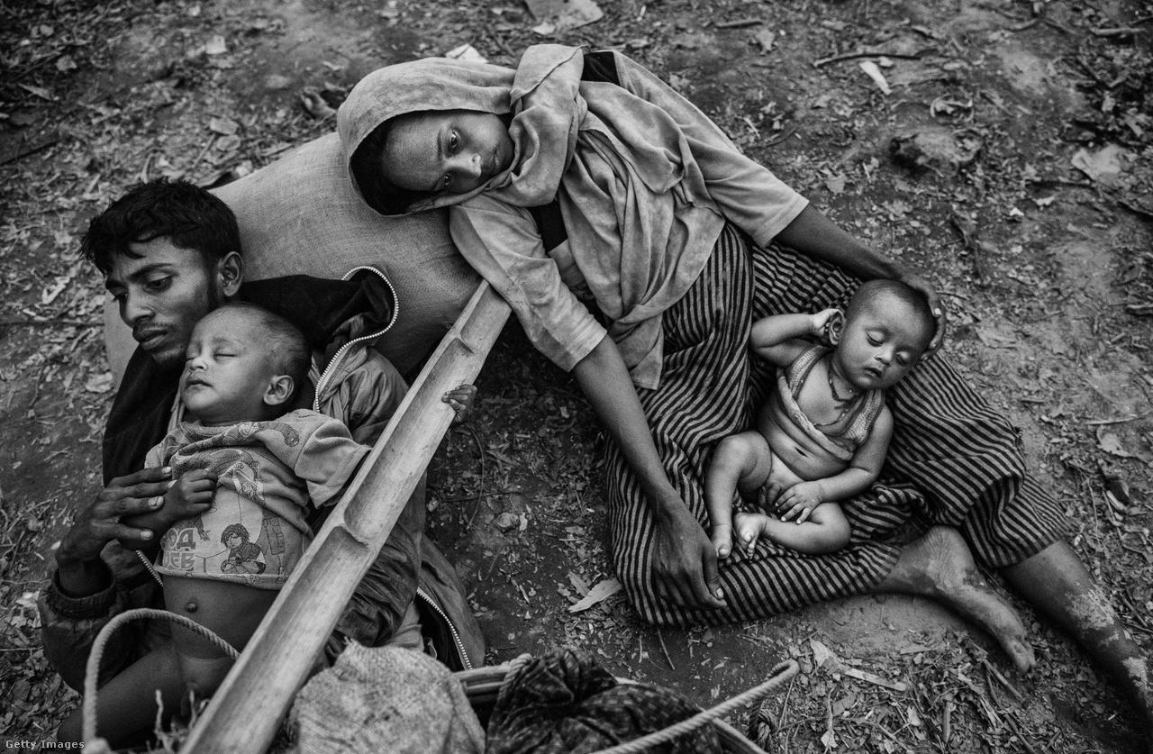 Kimerült család pihen a Naf-folyó bangladesi oldalán.