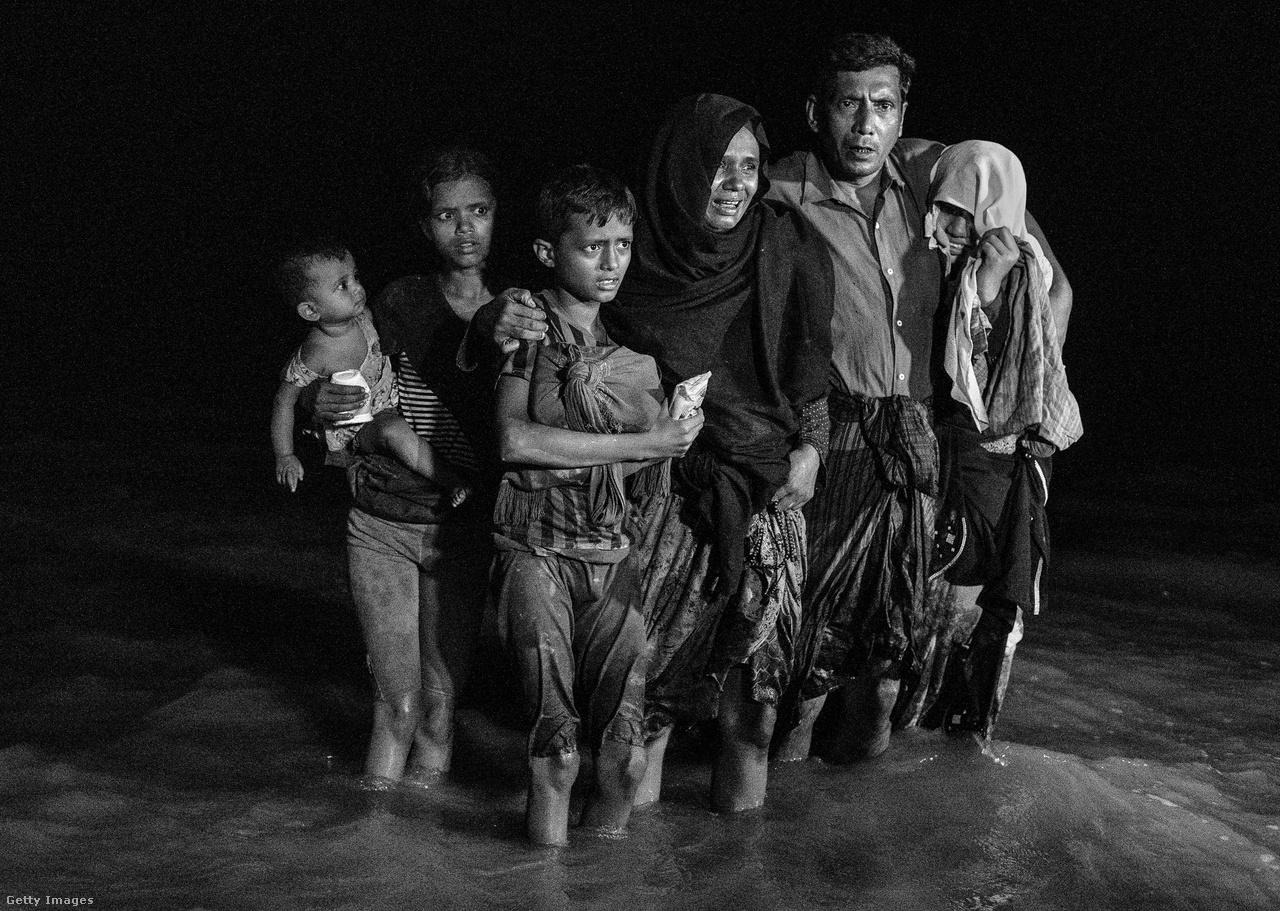 A rohingjáknak Banglades sem ígérhet sokat, bár legalább a folyón szerencsésen átjutók élete nincs közvetlen veszélyben. Visszatérni azonban akkor sem térhetnének, ha hirtelen Mianmart rábírná a külvilág a rohingják visszafogadására. Hogy ez senkinek sem jusson eszébe, Mianmar el is aknásította Bangladessel szomszédos határsávját. Hogy Mianmar a rohingják végleges elűzésében gondolkodik, ez az elmúlt évtizedekben sem volt titok, de az korábbi katonai akciók, törvényi elnyomás   ellenére csak most, 2017 őszére lett valósággá.