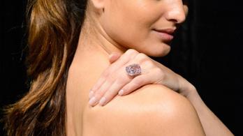 Hatalmas rózsaszín gyémántot árvereznek el, milliárdokat érhet