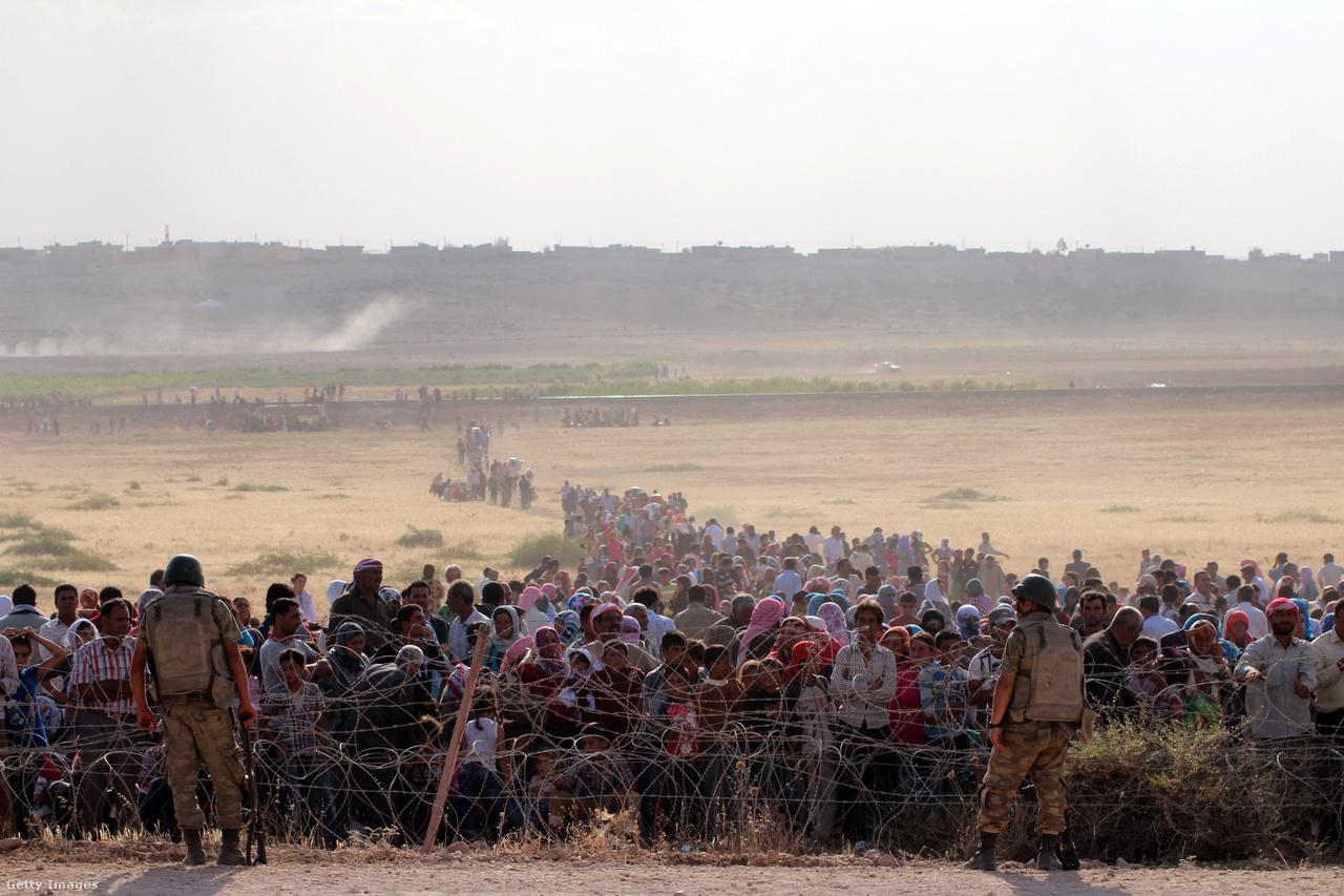 A milíciák, szélsőségesek, bombázások és offenzívák megtették hatásukat: Rakkából és környékéről százezrek indultak északnak a török határ felé.
