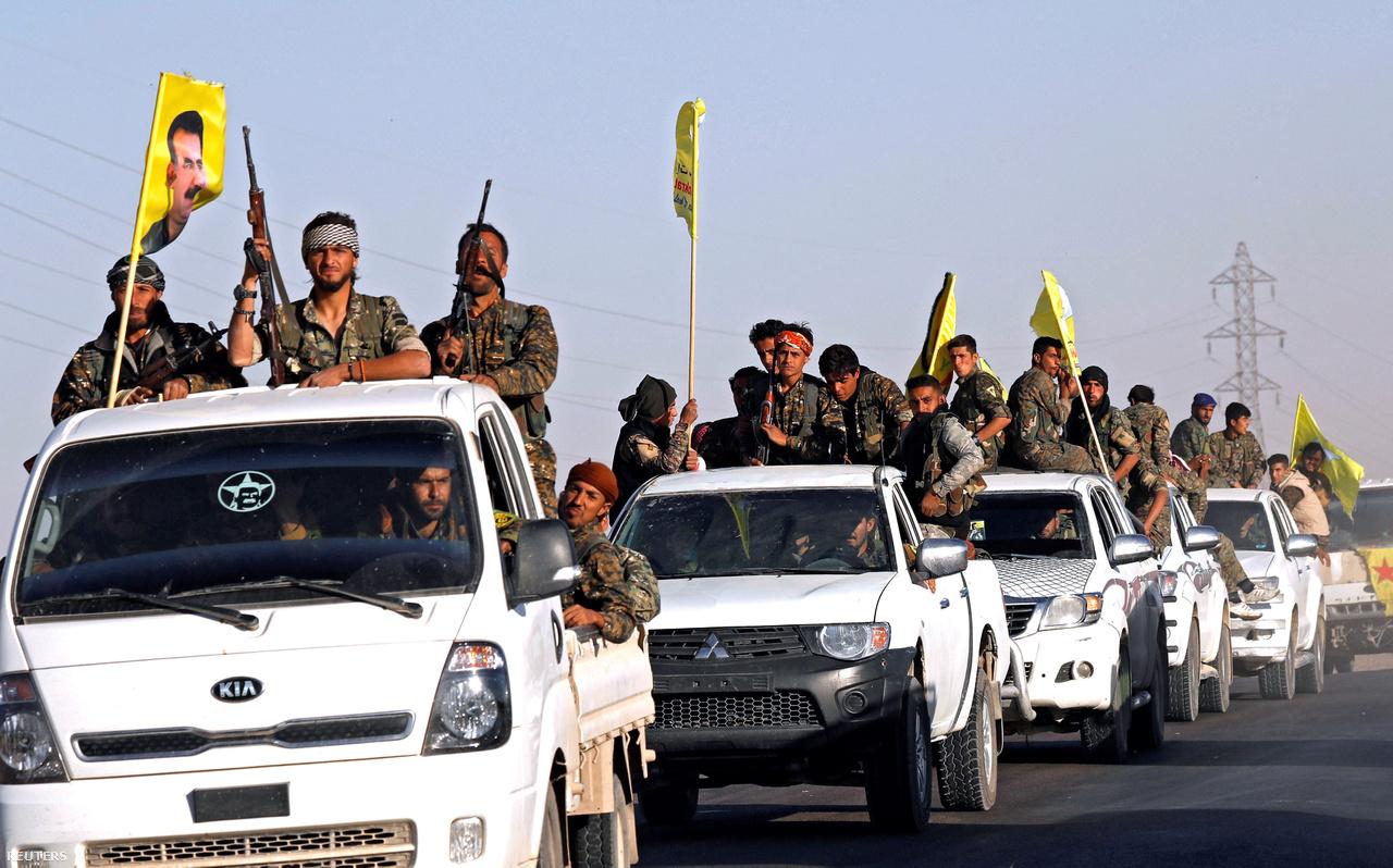 A kurdok amerikai katonai felszerelésekkel való támogatását sokáig hátráltatta a NATO-partner Törökország heves ellenkezése, és csak a Trump-adminisztráció vállalta fel, hogy a Pentagon végre túllépjen a kelet-európai raktárakban porosodó Kalasnyikovok felvásárlásán, és komolyabb fegyvereket is szállítson a kurd-arab koalíciónak. 2017-től a modern géppuskák, aknavetők, páncélautók  jelentősen meggyorsították az Iszlám Állam felszámolását.