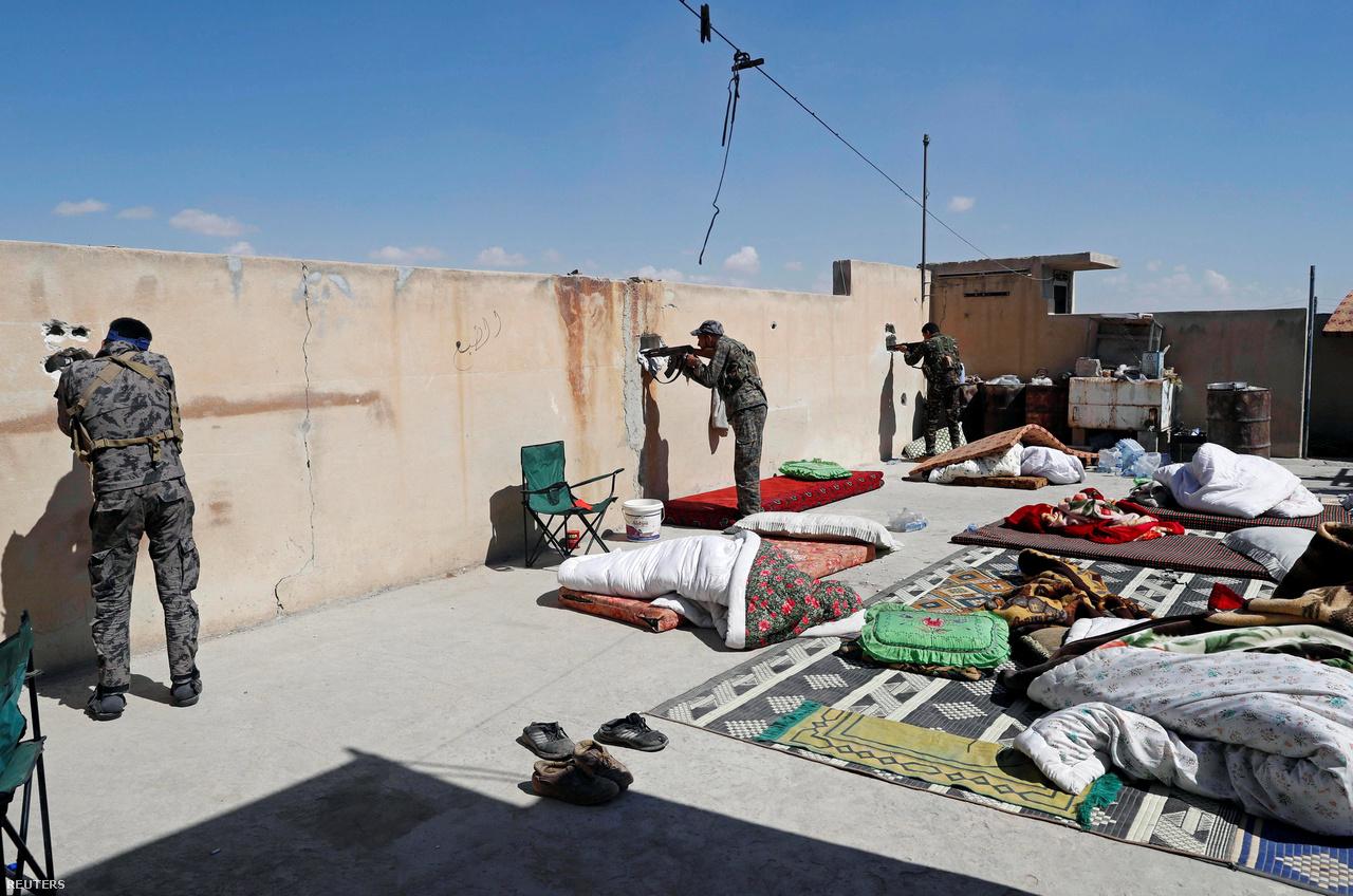 A városharc minden lehetőségét kihasználó mintegy 4000 dzsihadista iszonyú kemény ellenállást fejtett ki a háromszoros-négyszeres számbeli fölényben lévő ostromlók ellen. Számos ellencsapást hajtottak végre, az SDF vezérkara katonái és a vallási-történelmi emlékek – például az Abbászida kalifátus idejéből származó, csaknem 1300 éves nagymecset megkímélése - érdekében július közepén lassított az előrenyomulás tempóján.