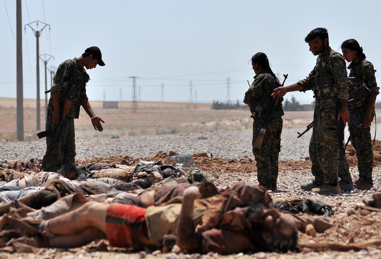 Rakka közelében gyártották le az Iszlám Állam agresszív médiakampányának alapját képező lefejezős-kivégzős videók nagy részét. Az amerikai újságíró, James Foley fejét is a várostól délre található hegyek között nyiszálta le a brit származású Jihadi John, akit később kocsijával együtt rakétázott darabokra egy amerikai drón. A mészárlások valódi léptékével csak az összes tömegsír feltárását követően kerülhetünk tisztába. Ezek a kurd nők és férfiak például Ain Isszánál 50 milicista tetemét exhumálták.