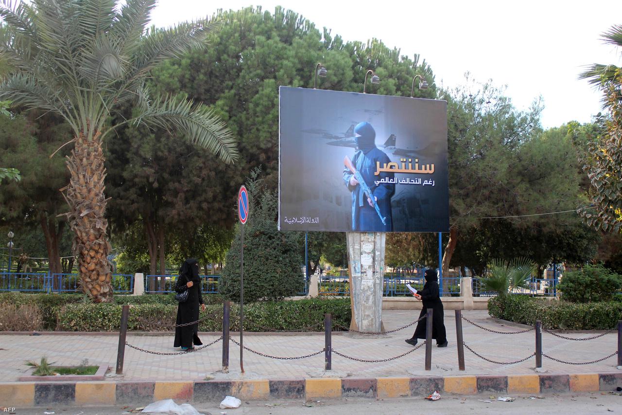Rakka nem csak stratégiai, hanem szimbulikus jelentőséggel is bírt a történelmi szimbólumokat kedvelő al-Bagdadiék számára; a város ugyanis a VIII. századba az Abbászida kalifátus székhelyeként szolgált. Az újdonsült főváros életét azonban nem csak a Kalifátus intézményeinek felbukkanása változtatta meg alapjaiban, hanem az is, hogy bevezették a sáriát, ami rengeteg, korábban ismeretlen tilalommal és büntetéssel bástyázta körül a mindennapokat.