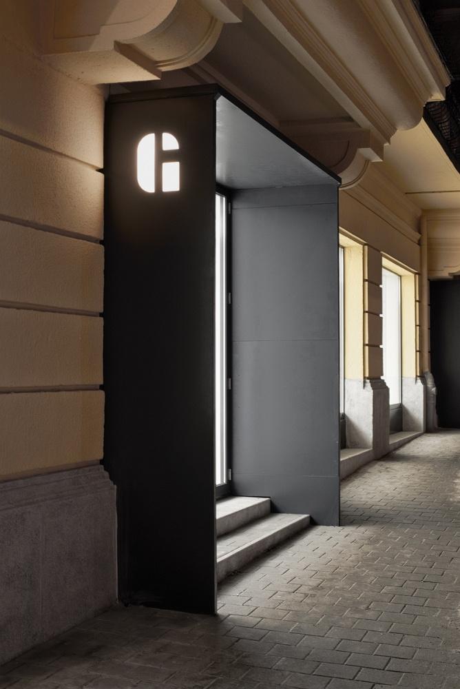 A galéria a Királyhágó tér Böszörményi úthoz közelebb eső részén található, a több helyiségből álló kb