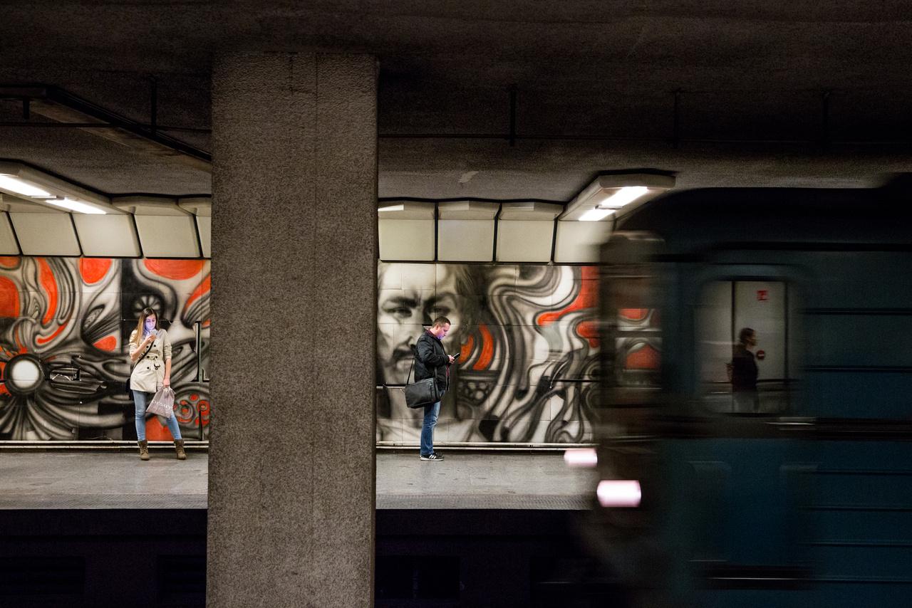 Ugyanebből az évből                         származik Szász Endre Dózsa pannója is. Ez talán a legismertebb                         alkotás mind közül, mert hatalmas, látványos,                         reflektál az állomás nevére, ráadásul egy olyan művészről                         van szó, aki a maga korában igazi sztár volt. Nem véletlen, hogy                         a festett porcelán falikép megmentéséért már majdnem egy                         évtizede felemelték                         a hangjukat a városlakók. A műalkotást restaurálják, majd                         elszállítják, azonban az eredeti mű reprodukcióját ismét                         láthatjuk az állomáson.