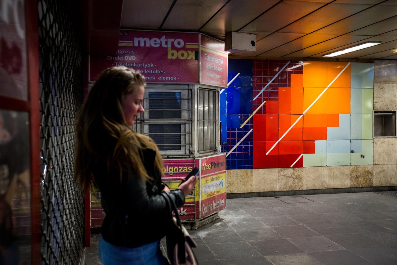 A metrófelújítás honlapja szerint Miskei László színlépcső című művét is restaurálják azután eredeti helyére helyezik vissza. Reméljük addigra már nem lesz ott ez a borzalmas bódé, amit egyszerűen rátelepítettek a képre, és arra fura, fedetlen kapcsolószekrénynek látszó üregre is visszakerül egy kőlap.