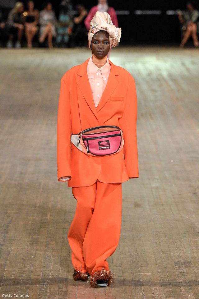 Túlméretezett narancssárga nadrágkosztümmel hordjuk a rózsaszín övtáskát a Marc Jacobs szerint.