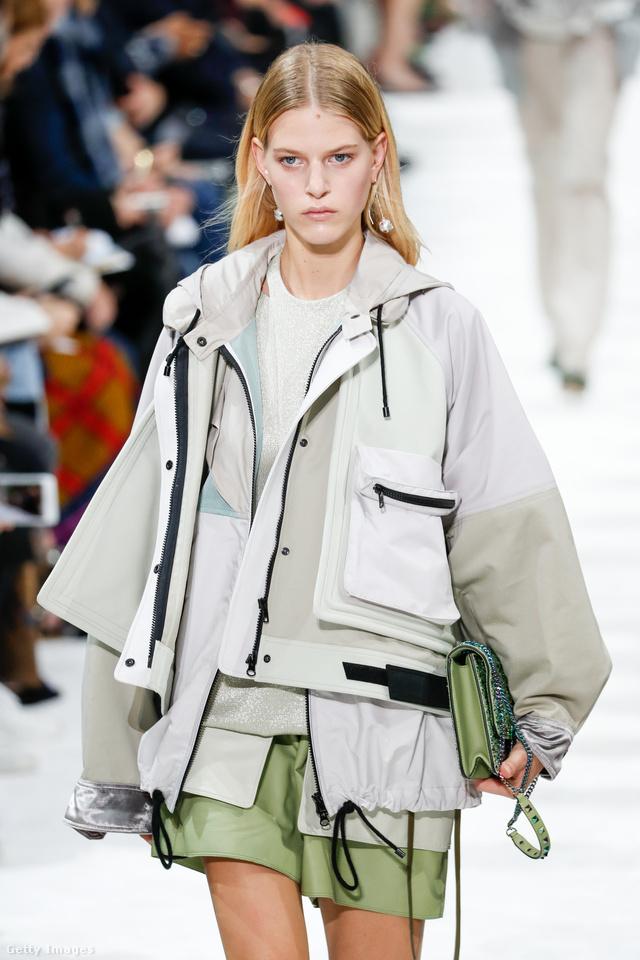 Sportos stílusú zsinós kabát a Valentino kifutóján.