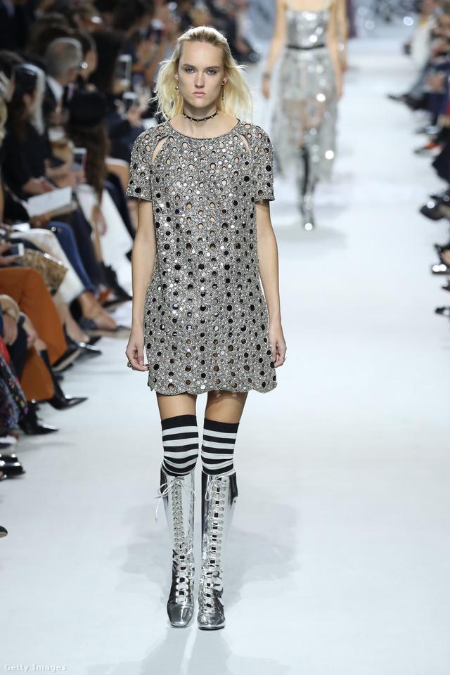 Diszkógömb ruha csíkos térdzoknival a Christian Dior kifutóján.