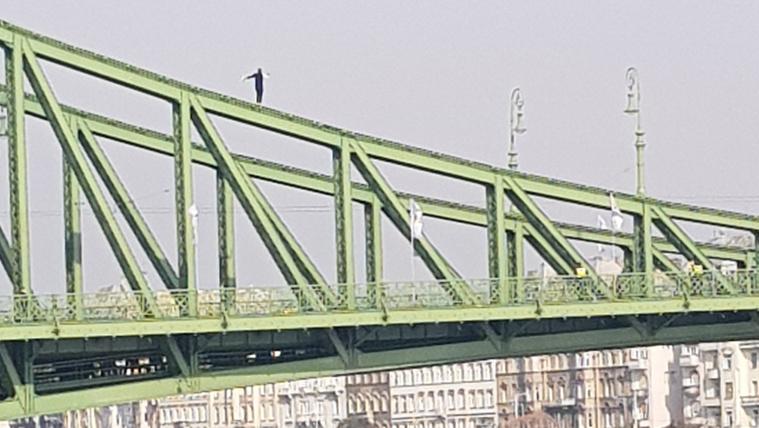 Felmászott egy ember a Szabadság hídra