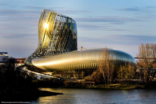 A La Cité du Vin épülete fényárban