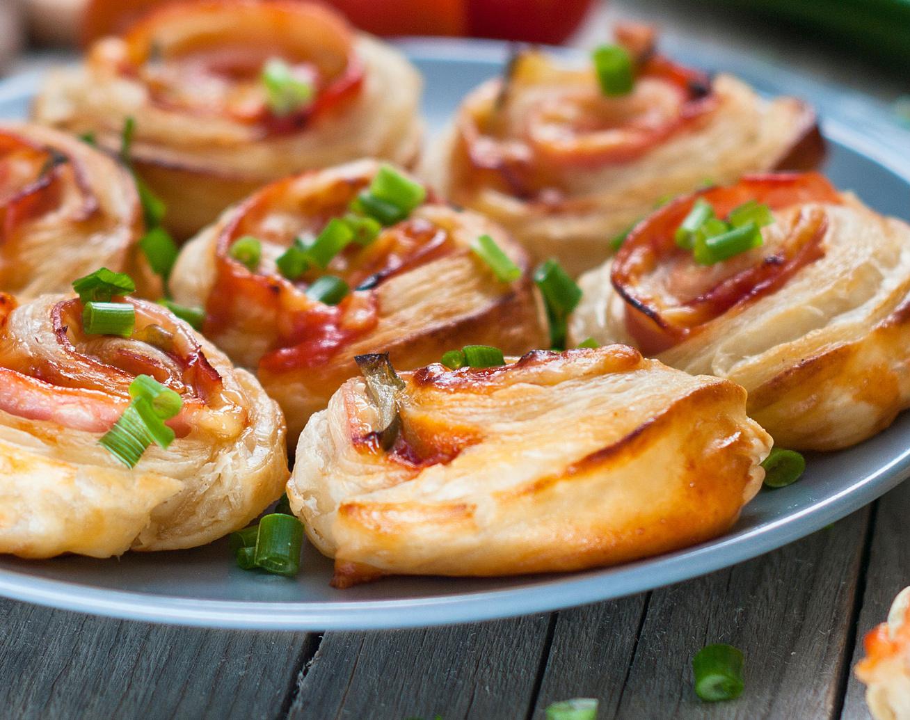 Sajtos, sonkás, paradicsomos csigák pihe-puha kelt tésztából - Csak úgy eteti magát