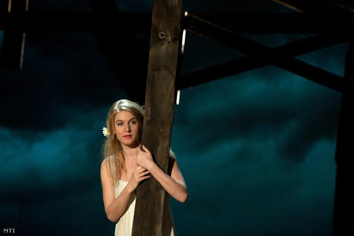 Földes Eszter játszik Fekete Zsuzsi szerepében Kodolányi János: Földindulás címû színmûvének próbáján. Az elõadást Pozsgai Zsolt rendezésében 2012. március 23-án mutatták be az Új Színházban.