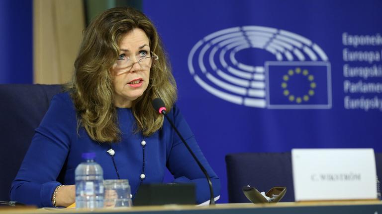 Menekültelhelyezés: pénzelvonással büntetnék a renitens tagországokat
