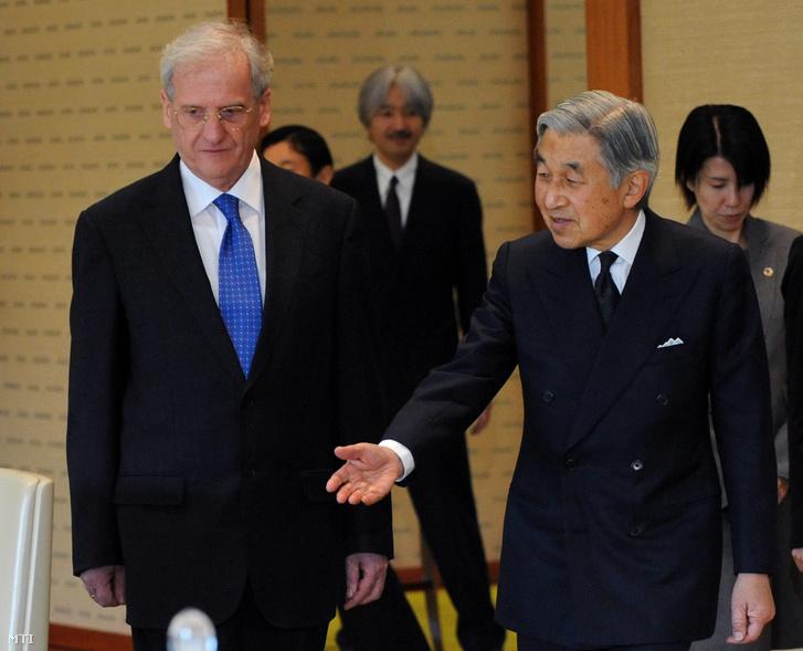 Sólyom László köztársasági elnököt (balra) fogadja vendéglátója, Akihito császár a császári palotában. A magyar államfő négynapos hivatalos látogatáson járt Japánban, a magyar-japán diplomáciai kapcsolatok helyreállításának 50. évfordulóján, 2009 decemberében.