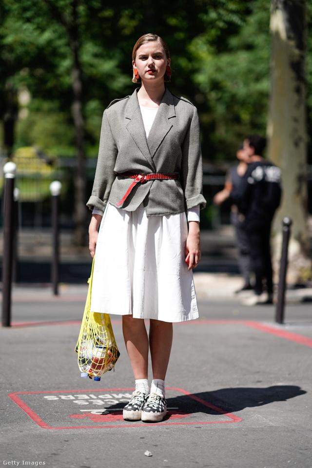 Sárga necc szatyor szürke blézerrel és fehér szoknyával Párizsban.