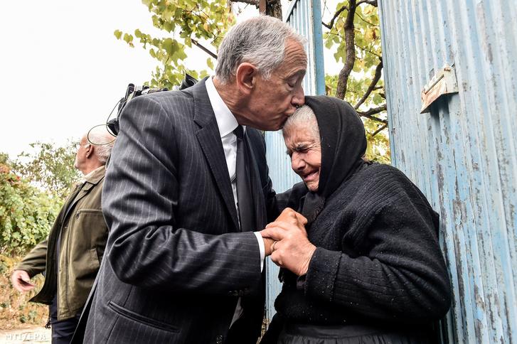 Marcelo Rebelo de Sousa portugál államfõ homlokon csókol egy zokogó idõs nõt az országban pusztító erdõtüzek eloltása után tett kárfelmérõ látogatásán Santa Comba településen 2017. október 19-én.