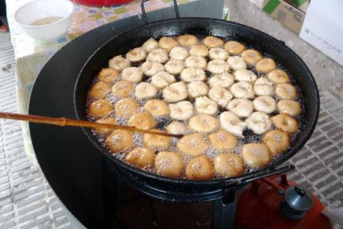 A bunuelos arab-zsidó eredetű étel. Általában golyó formájában sütik, de van ahol lángos módjára nyújtják. Édes sziruppal, porcukorral tálalják.