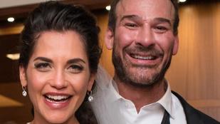 Ez a pár azért ilyen boldog, mert egy gigaceleb állított be a lagzijukba
