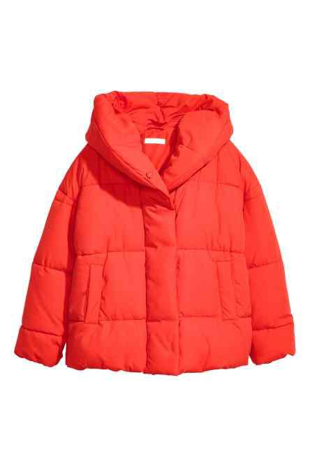 A H&M-ben 12.990 forintba kerül a piros télikabát.
