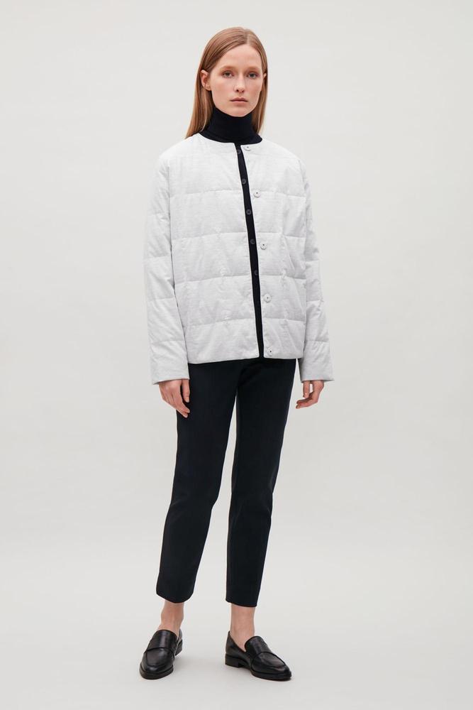 A hazánkban is kapható Cos-ban ilyen kényes fehér kabátot is találtok 125 dollárért, körülbelül 33 ezer forintért.