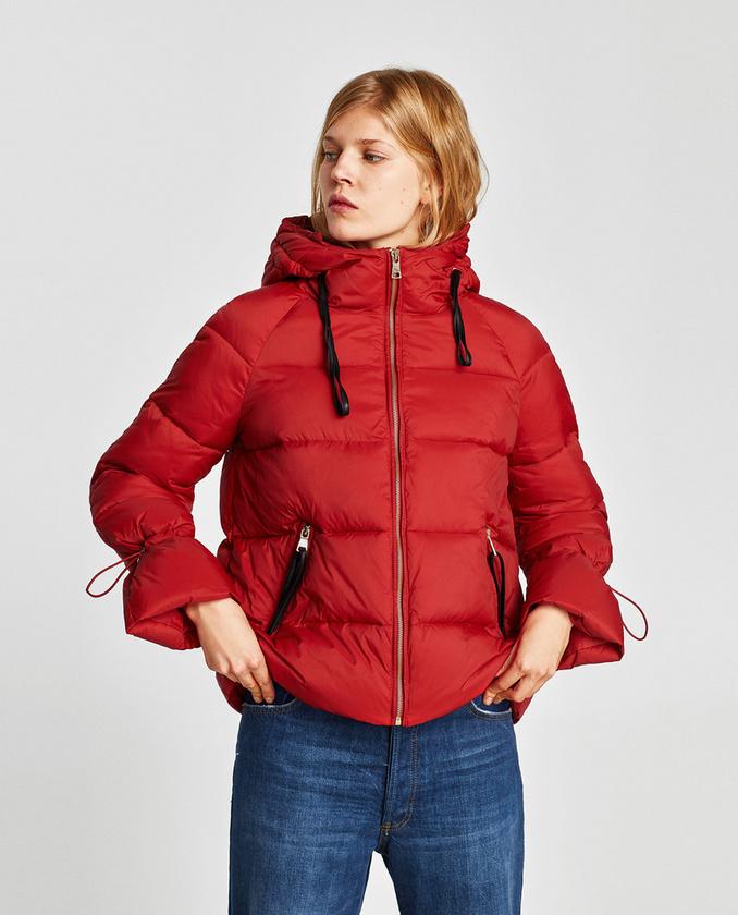 A Zarában kabátakció van, 8995 forintba kerül egy ilyen piros dzseki.