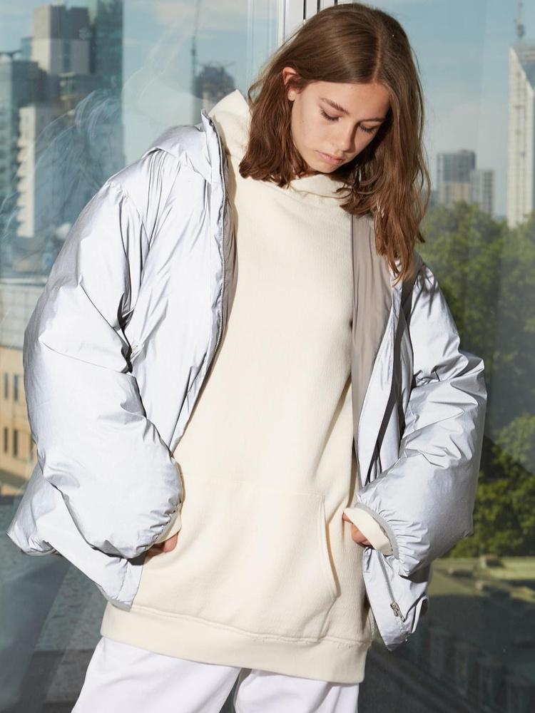 948 dollárba, körülbelül 250 ezer forintba kerül az ezüst dizájnerdzseki a Matches Fashion oldalán.