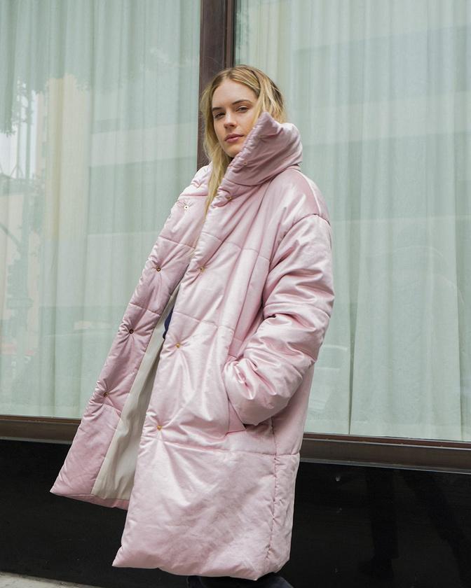 Nem koptak ki a púderrózsaszín darabok sem, a Nanushka 183.299 forintot kér egy ilyen kabátért.