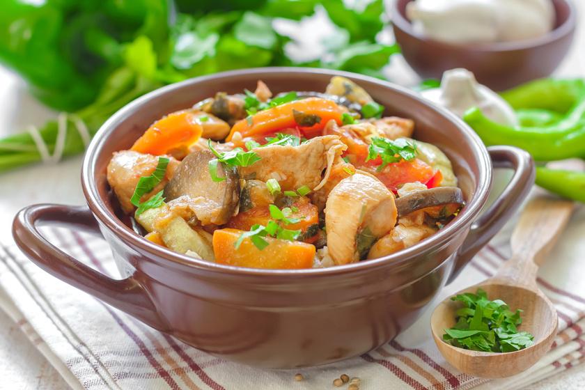 Tepsiben sült, fűszeres csirkeragu sűrű szafttal – fenséges falatok