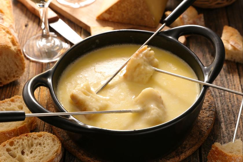 A klasszikus sajtfondü receptje: az egyik legfinomabb mártogatós