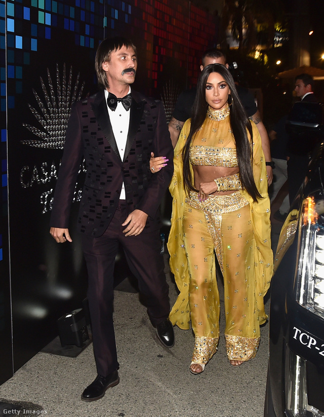 Kim Kardashian és Jonathan Cheban (tévé-reality sztár, vállalkozó) mint Sonny és Cher.