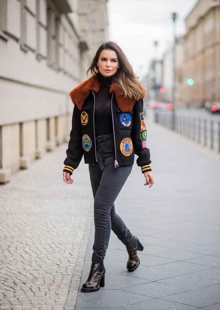 Szőrmegalléros felvarrós dzseki és szűk farmer Berlinben.