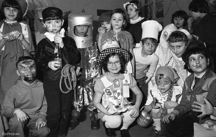 Az előbbi űrhajósok egyike éles bevetésen az osztályfarsangon. Egyetlen pillantás a képre és kiderül, kinek az anyukája varrt hetek óta és kinek jutott eszébe előző este, hogy farsang lesz.