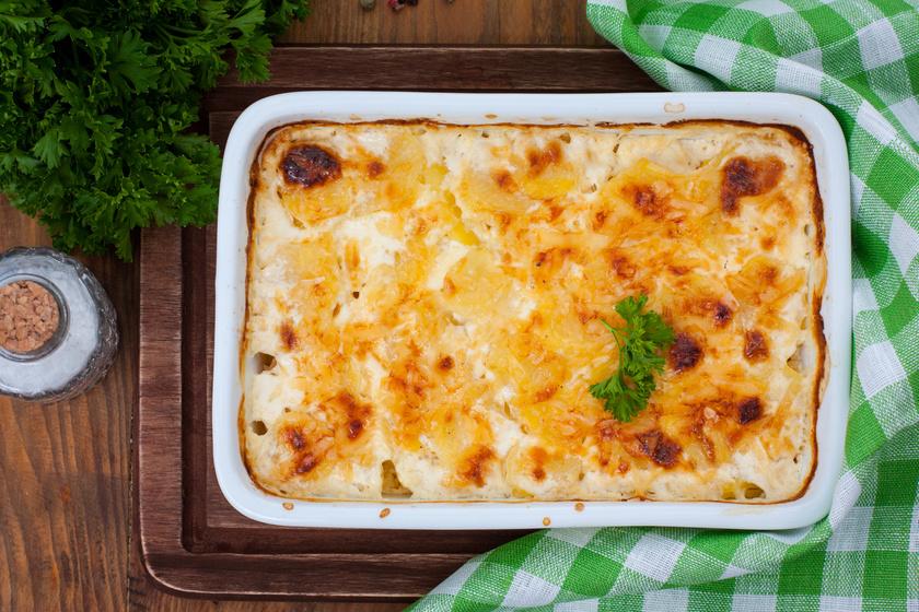 Krumplival rakott sertéstarja tejföllel leöntve és sok sajttal megszórva - Fantasztikus egytálétel egyszerűen