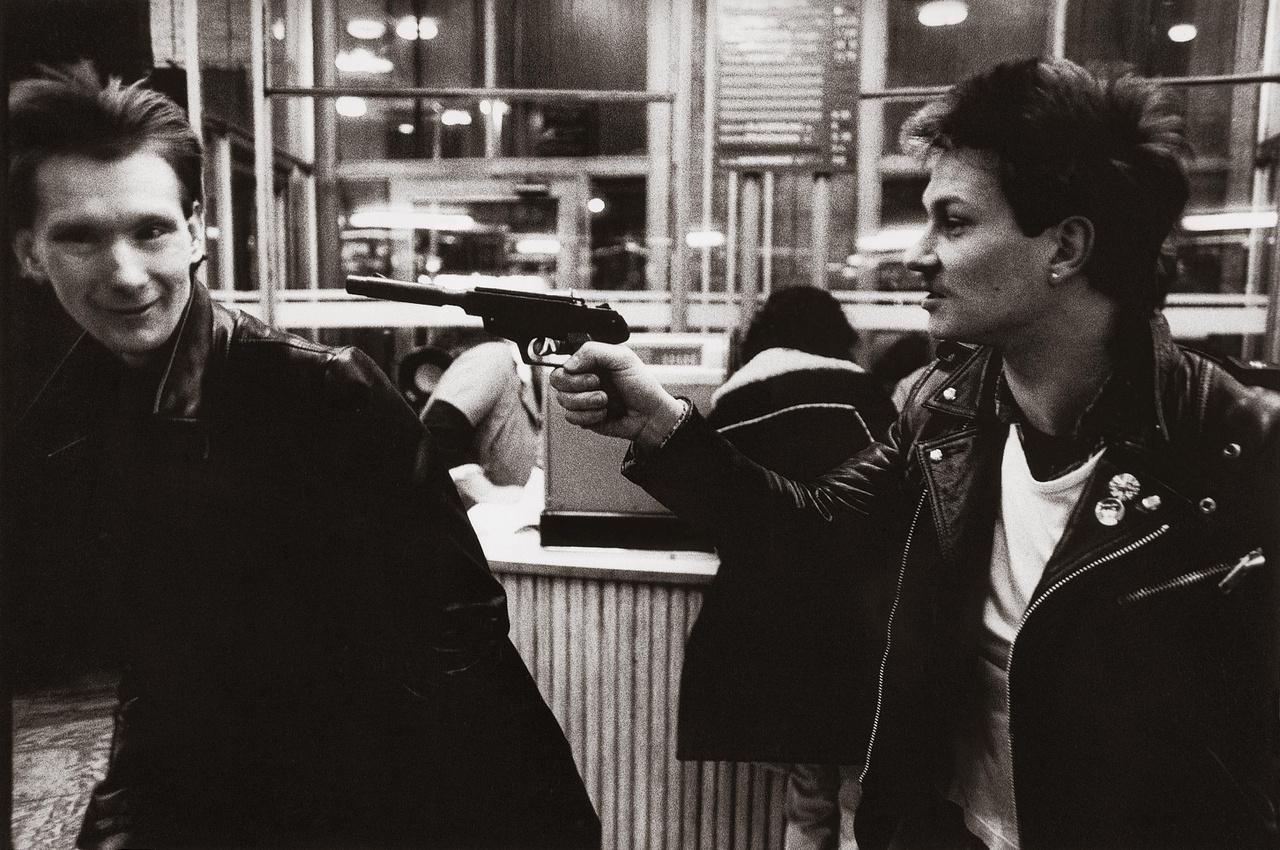 A fegyver rózsapatronos, az alanyok pedig ismeretlen punkok.
