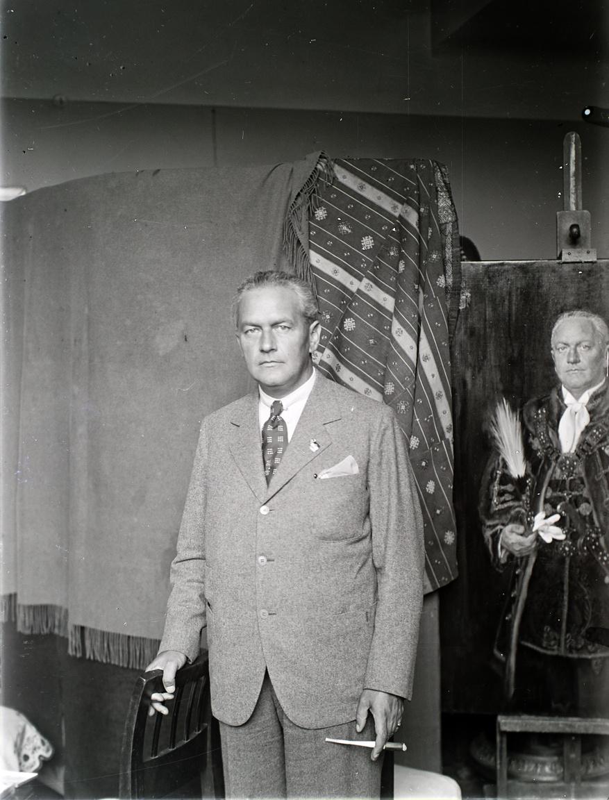 Vitéz kövecsesi Lukács Béla a harmincas években országgyűlési képviselő, főispán, államtitkár és 1940-től a Magyar Élet Pártjának elnöke, 1942-től tárcanélküli miniszter. Ő is a már említett befolyásos Lukács-család tagja. Utoljára egy ötvenes évek elejéről származó múzeumi irat említi a régi korszak ide-oda pakolgatott hivatali portréi között, mai sorsa ismeretlen.