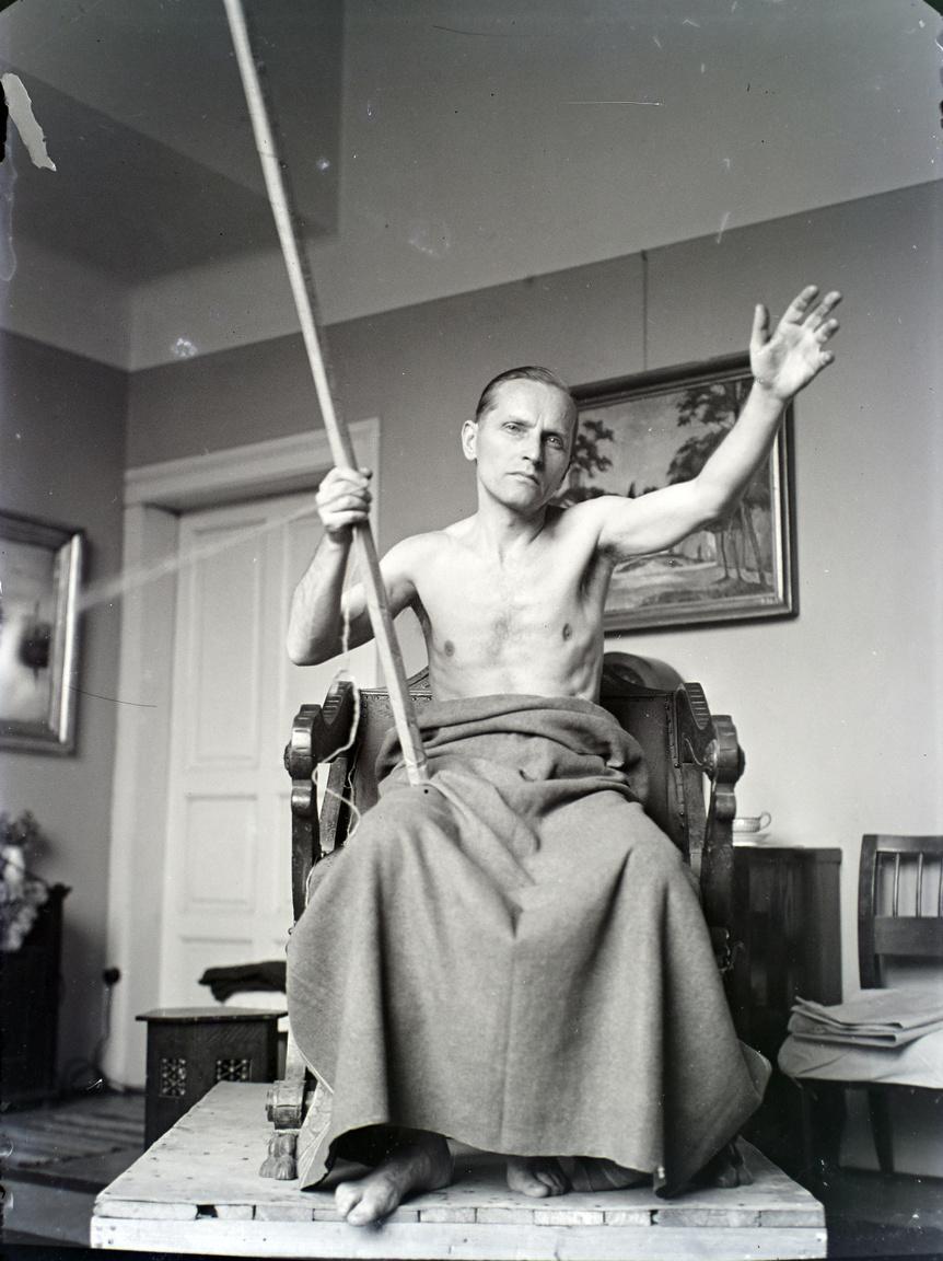 A festő pózol, valószínűleg egy vallási témájú képhez. Kezdetektől foglalkozott ezzel a témával: a frissen alapított szentendrei művésztelepen festette azt a Szent Ferenc képet, amellyel az Országos Egyházművészeti kiállításon második díjat nyert 1926-ban. A modell az öccse volt, Bánovszky pedig a szintén szentendrei Heintz Henrik képéhez pózolt. 1939-ben meghívták a MÁV kórház kápolnájának pályázatára, ahol az Árpád-házi szenteket kellett ábrázolnia. Visszaemlékezésében azt írta, hogy bár nem nyert, három képét megvette a Fővárosi Képtár.