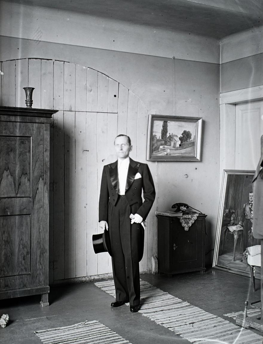 """Bánovszky frakkban, cilinderrel. Öccséről, az ügyvéd Lászlóról korábban készített egy ehhez hasonló beállítású festményt, amely ma a szentendrei Ferenczy Múzeum gyűjteményében található. Jobbra, a falhoz támasztva egy Horthy Miklósról festett kisebb méretű festmény. Minden bizonnyal a Borsod vármegye megrendelésére festett nagyméretű teljes alakos kép mása, amelyet 1940 karácsonyán lepleztek le. Bánovszky visszaemlékezése szerint """"ehhez a Főméltóságú Úr három ízben modellt ült a Várban."""" A festmény mai sorsa ismeretlen."""