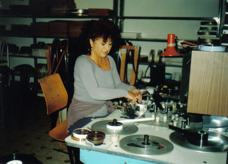 Pósán Zsuzsa dolgozik a felvételekkel.